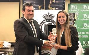 Athenea del Castillo recibe el premio al Joven Valor Racinguista