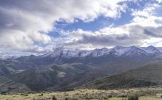 Una montaña negra y fría