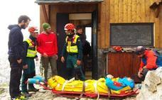 El Greim evacúa a un varón rescatado por los guardas del refugio del Collado Jermoso