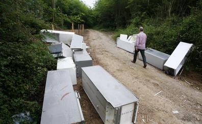 Los vertederos ilegales de neveras se suman a los de escombros y muebles