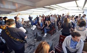 'La Noche es Joven' ofrece este sábado una propuesta que combina un viaje por la bahía con humor y música