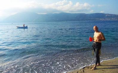 El cántabro Rubén López cruza a nado el Estrecho de Messina, en Sicilia