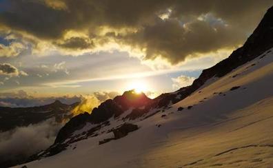 Un precioso amanecer, cinco horas de ascensión y ahí está la cima del Aneto