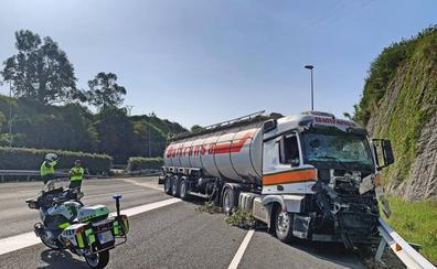 Una colisión entre dos camiones corta una hora la A-8 en Caviedes en dirección a Asturias