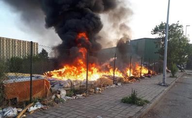 Incendio en un vertedero incontrolado junto a la fábrica GSW de Nueva Montaña
