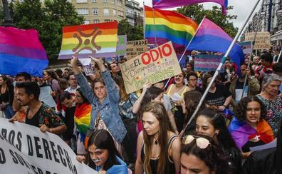 El orgullo sale a la calle por una ley LGTB en Cantabria