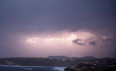 Las tormentas descargaron anoche 496 rayos sobre Cantabria