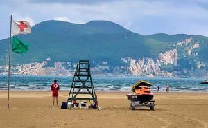 La playa Salvé de Laredo ya cuenta con servicio de vigilancia y socorrismo