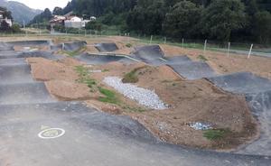 La pista de deportes de impulso de Castro, aún cerrada, recibe a diario la visita de usuarios