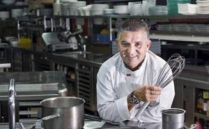 El cocinero Floren Bueyes prepara esta tarde en Potes un plato con ortigas, caracoles y quesos