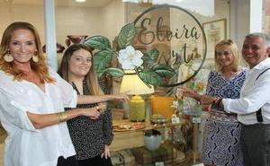 Sandra Ibarra y Juan Ramón Lucas inauguran la tienda de regalos «Elvira y tú» en Potes