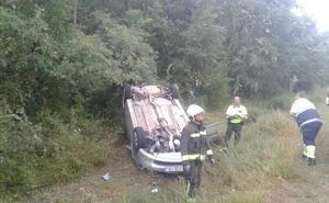 Vuelca en Polientes y cuando llegan los servicios de emergencia no hay nadie en el coche