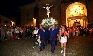 Los fieles adoran al Santo Cristo del Amparo en Comillas