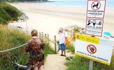 El acceso a la playa del Pájaro Amarillo, cerrado oficialmente todavía en pleno verano