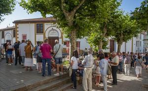 Largas colas para la venta de las entradas para la Feria de Santiago