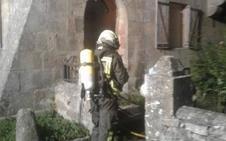 El fuego iniciado en varios colchones provoca un incendio en una casa parroquial de Campoo de Yuso