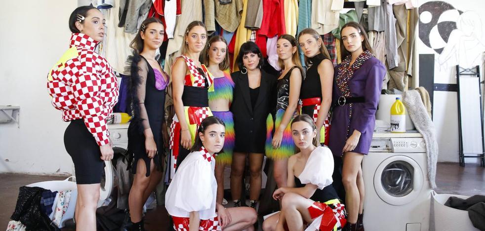 La santoñesa Cristina Hoya reinterpreta la moda en su colección 'Ropa sucia'