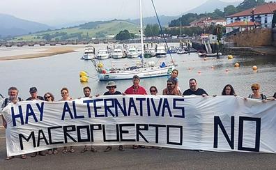 Ecologistas en Acción protesta en San Vicente contra el puerto deportivo