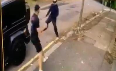 Intentan robarle a Özil y Kolasinac se enfrenta a los asaltantes