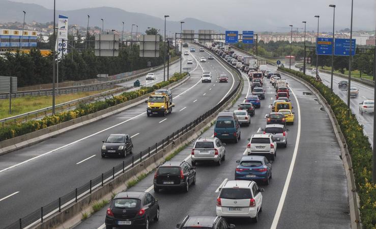 Largas retenciones a la salida de Santander por un accidente