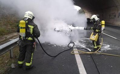 Bomberos del 112 extinguen el incendio de una furgoneta en la A-8 a la altura de Caviedes