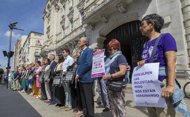 Minuto de silencio en Santander por el asesinato de Maruchi Rodríguez en Escalante