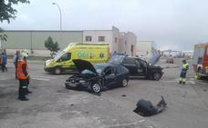 Tres heridos leves en la colisión de dos coches en el polígono de La Vega en Reinosa