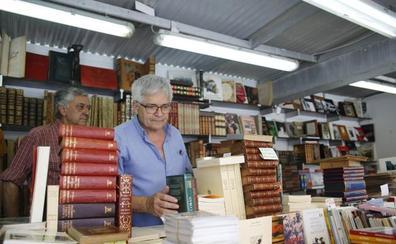 La Feria del Libro Viejo abre en Santander con una mirada a la cartelería comercial de la ciudad