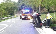 Rescatados cinco jóvenes cuyo vehículo volcó en Valmeo