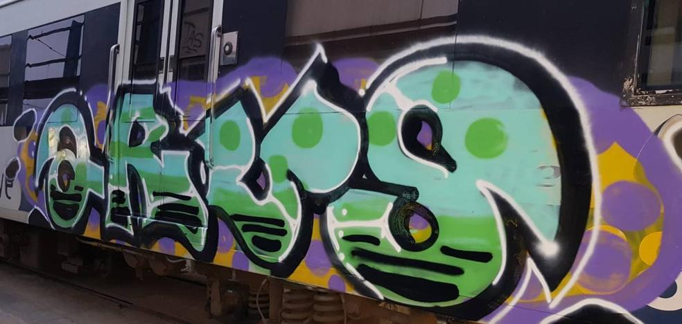 Los grafiteros que pintan los trenes, «cada vez más organizados y violentos»