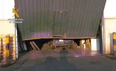 El ladrón de la cizalla se pasa al alunizaje: la Guardia Civil le atribuye once robos en naves estrellando un viejo coche