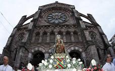 La imagen de la Virgen Grande sale en procesión