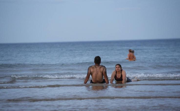 Soportando la 'noche tropical' bañándose en El Sardinero