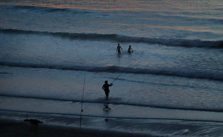 En la playa, por la noche, en San Vicente de la Barquera