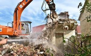 Derribado un edificio declarado en ruina en la calle Foramontanos