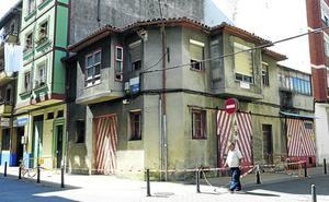 El edificio vallado por seguridad en Lasaga Larreta será derribado