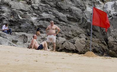 Medio Ambiente apunta a las algas y las altas temperaturas como causa del cierre de las playas