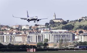 Los sindicatos de Ryanair alertan de la cancelación de los vuelos de Santander a Canarias, aunque la compañía lo niega