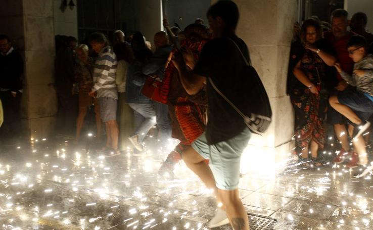 Los fuegos bajan del cielo al suelo en Torrelavega