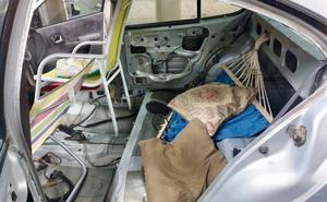 La policía intercepta un coche que había sustituido los asientos por sillas de playa