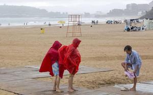 La lluvia y los atascos marcan el fin del puente en Cantabria