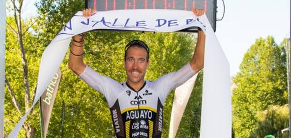 Emilio Aguayo se impone al calor y a sus rivales en el Triatlón Valle de Buelna