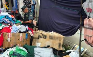 Intervenidas más de 230 prendas falsificadas en dos puestos del mercadillo de Oriñón