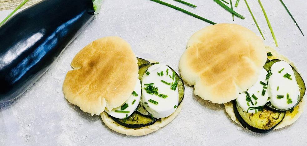 Cocina un saludable bocadillo de berenjena en pan de pita