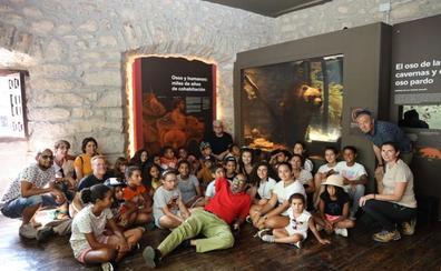 Un grupo de niños saharahuis visita la villa de Potes