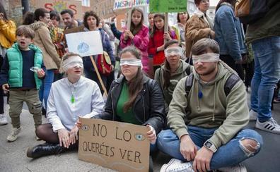 La organización Fridays For Future Cantabria denuncia que el consulado de Brasil les puso el 'Cara al sol'