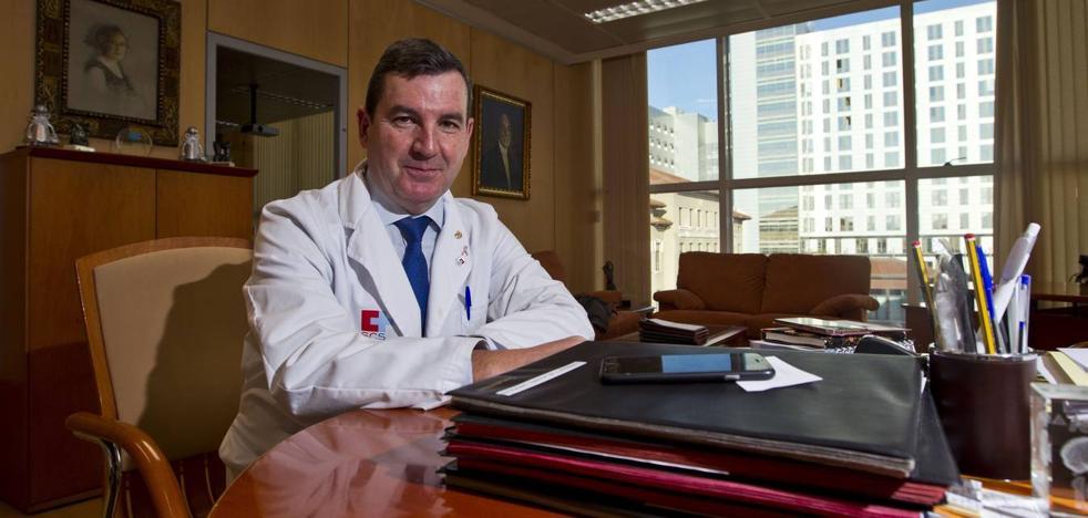 Julio Pascual deja la Gerencia de Valdecilla para retomar su carrera como neurólogo
