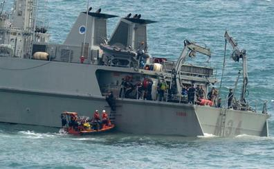 Los buceadores de la Armada tratan de «salvar» el cazaminas encallado en la zona del accidente del avión
