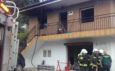 Los bomberos del 112 extinguen el incendio de una vivienda en Alceda