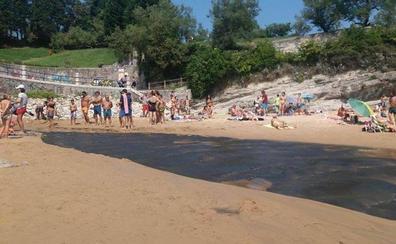 Una fuga del estanque de Mataleñas provoca un vertido en la playa de Los Molinucos